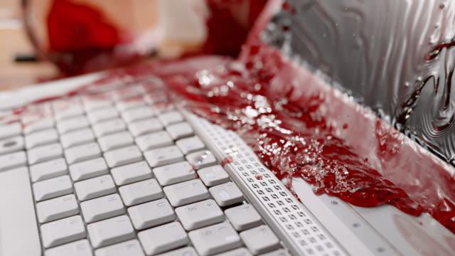 SLO MO LD Red wine morsen op een witte laptop