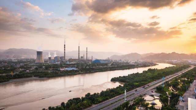 raffinaderij en elektriciteitscentrales in de buurt van de rivier de Huang He in lanzhou bij zonsondergang timelapse