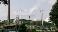 Raffinerie und Windturbinen