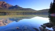 Reflexionen von Bergen und Kanus in Lake