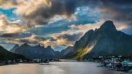 TIDSFÖRDRÖJNING: Reine, pittoreska norska fiskeby på Lofoten öarna