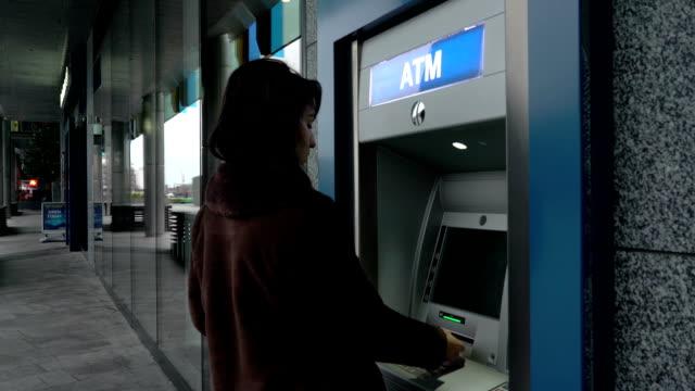 Rimuovi carta bancomat e denaro