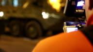 reporter, gefilmt Brandbekämpfungsausrüstung