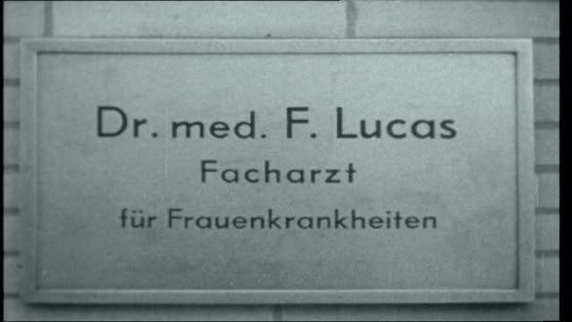 Frankfurt Auschwitz Trials GERMANY Frankfurt Dr Franz Lucas along to court Defendants in court including Oswald Kaduk / Wilhelm Boger leading other...