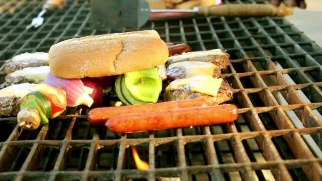 Neuausrichtung barbecue Hamburger und Brötchen