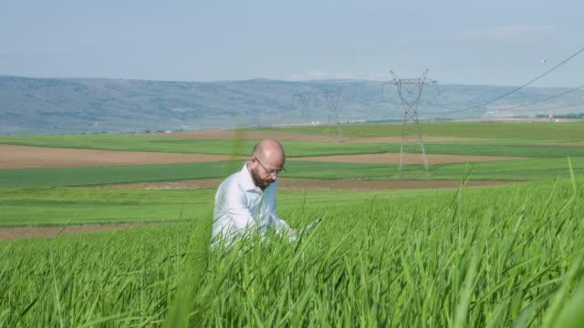 Onderzoeker in veld