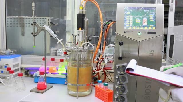 Wissenschaftler arbeiten mit einem Mikroskop im Labor.