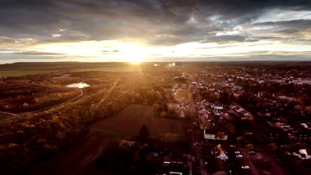 LUFTAUFNAHME: Wohnviertel bei Sonnenaufgang