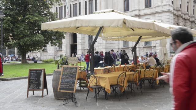 WS Restaurant tables in street restaurant / Pisa, Tuscany, Italy