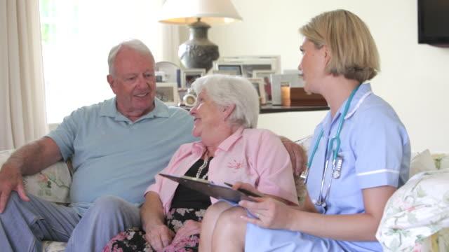 Altes Paar Ruhestand, Fitness-Check und Krankenschwester wie zu Hause fühlen.