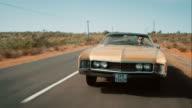 Retro Auto fahren auf der Straße