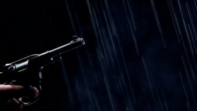 Revolver shooting im Regen