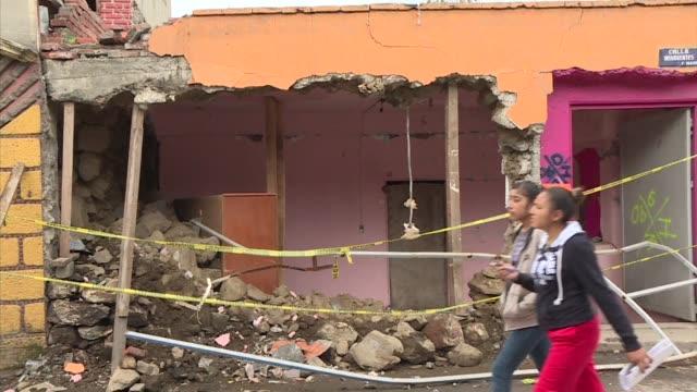 Ricos y pobres sufren los efectos del sismo de 71 grados que sacudio la Ciudad de Mexico el 19 de septiembre pero las marcas que dejó en unos y otros...