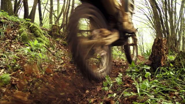 GRU HD: Rider MX eccesso di velocità lungo sentiero di fango