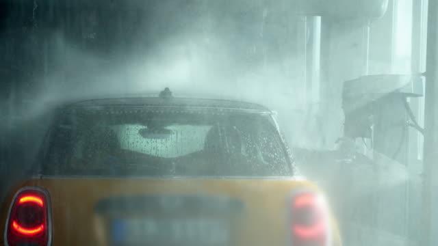POV ridning genom en biltvätt (UHD)
