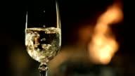 HD RALLENTATORE: Anello In un bicchiere di Champagne