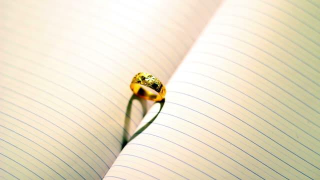 Anello di amore su libro