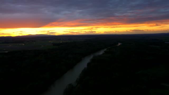 Luftbild der River In den Sonnenuntergang