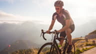 Ciclismo su strada al tramonto