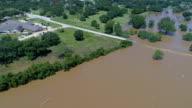 Weg onder water ondergedompeld totaal stromend water in Columbus, Texas na Orkaan Harvey
