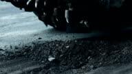 Wegwerkzaamheden. Rotary tiller slijpen asfalt op gedeelte van de weg