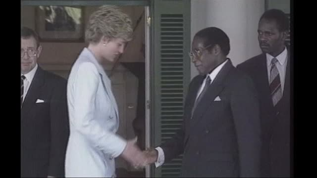 Mugabe profile BSP100793027 / TX ZIMBABWE Harare Diana Princess of Wales shaking hands with Robert Mugabe