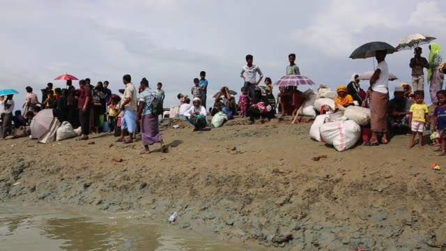 COX'SBAZAR BANGLADESH NOVEMBER 15 Rohingya Muslims fled from ongoing military operations in Myanmar's Rakhine state just cross Naff river at...