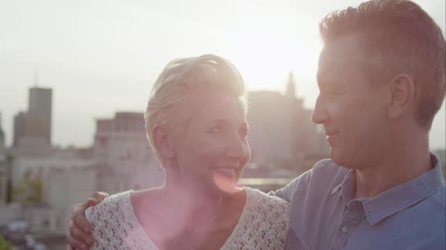 Romantische middenleeftijd paar glimlachen