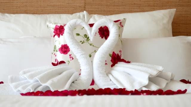 DIY Schlafzimmer Deko-Ideen zum Valentinstag: Handtuchschwan falten