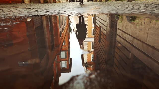 Rom Gebäude spiegelt sich in Wasser in eine Pfütze