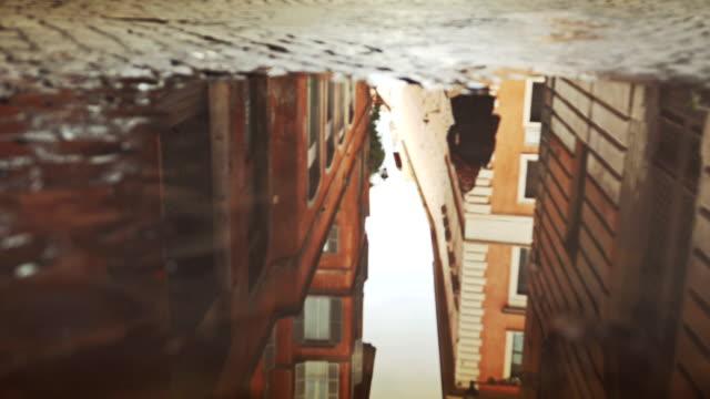 Edifici di Roma si riflette nella Pozzanghera acqua