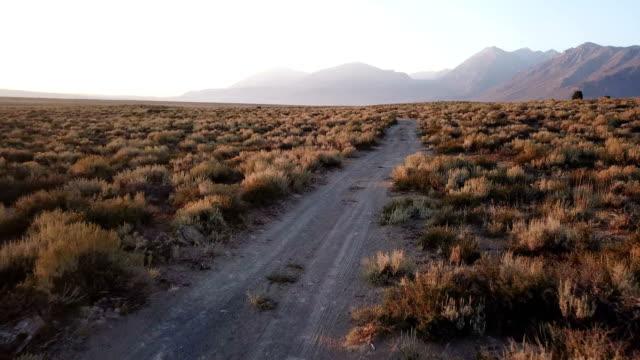 Ruwe onverharde weg onder zachte ochtend licht in Californië