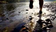 - SUPER ZEITLUPE, HD: Runner's Schuhe planschen Wasser