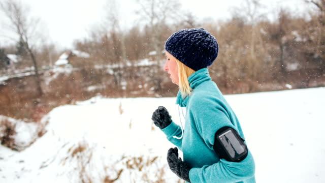 Corsa in un freddo giorno d'inverno