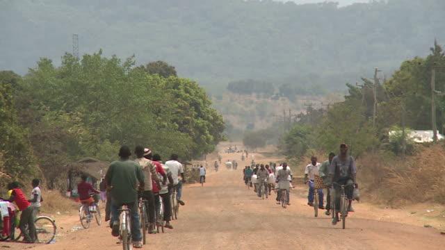 Ländliche afrikanisch-Straße mit vielen Fahrräder