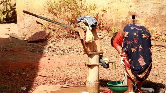 Ländliche indische Frau Waschen Kleidung
