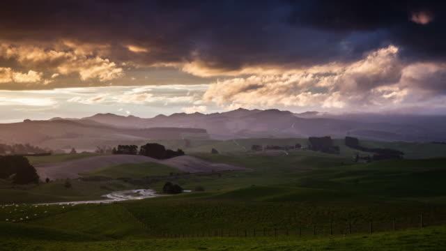 ZEITRAFFER: Ländliche Landschaft mit Dramatischer Himmel