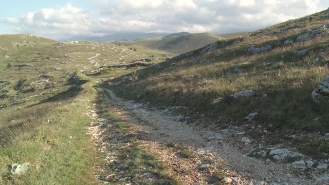 MS Rural road crossing countryside at Gran Sasso National Park / Calascio, Abruzzo, Italie