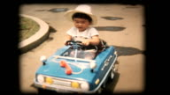 60 s 8 mm Film-Junge spielt mit Spielzeugauto