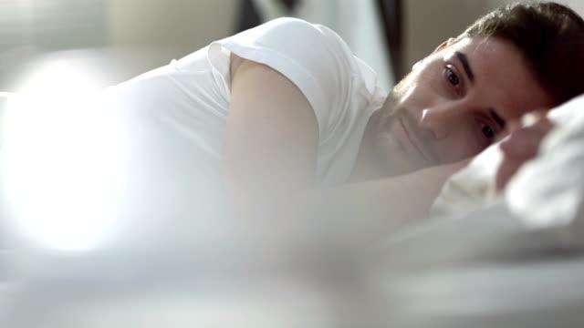 Trauriger Mann liegen im Bett