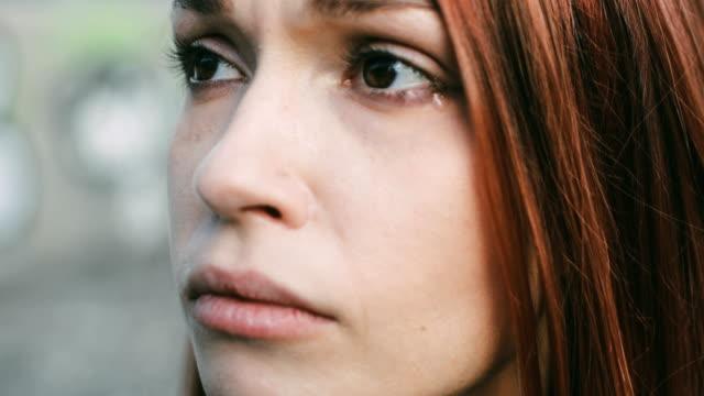 Traurige Frau weint