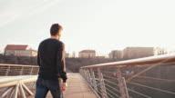 Frau trauriger junger Mann auf der Brücke