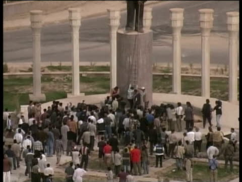 / Saddam Hussein statue being attacked by Kazim al Jubouri Saddam Hussein statue attacked on April 09 2003 in Baghdad Iraq