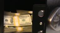 Safe mit US-Dollar. Geld, Bargeld und US-Währung, Banken.