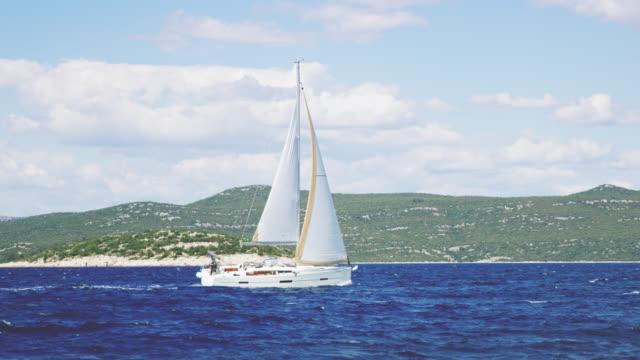 WS-Segelboot segeln entlang der Küste der Insel