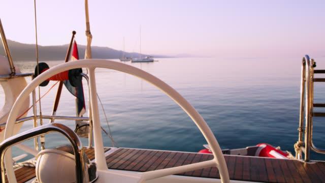 MS Sailboat Helm und verankerte Segelboote in der Bucht