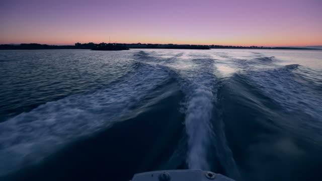 Barca a vela all'alba a velocità