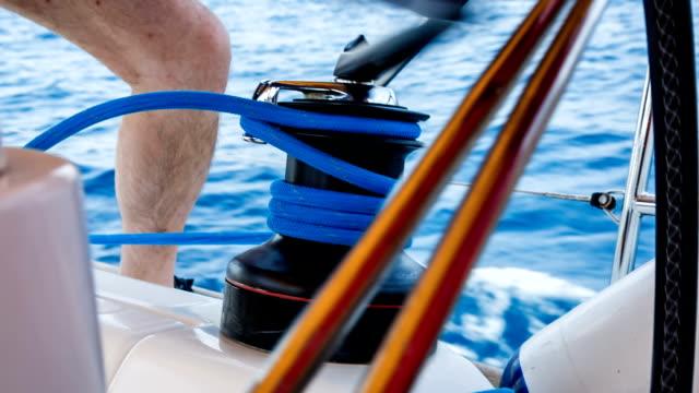 Seemann Seil von foresail sich mit wechselnden Griff an der Seilwinde