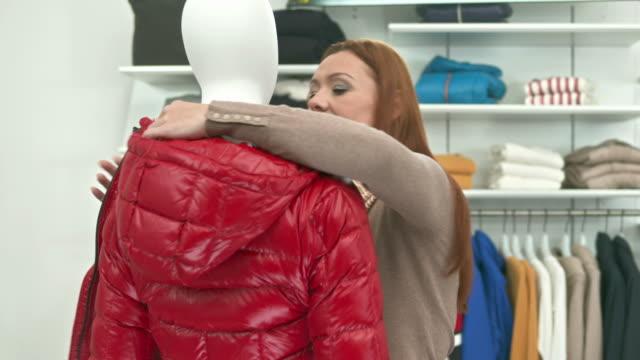 HD DOLLY: Sales Assistant verkleiden Schaufensterpuppe ein