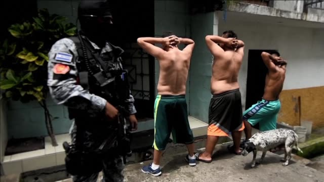 Salvador's police force raided Thursday the Tutunichapa community in San Salvador carrying out operations to locate and detain drug dealers and...
